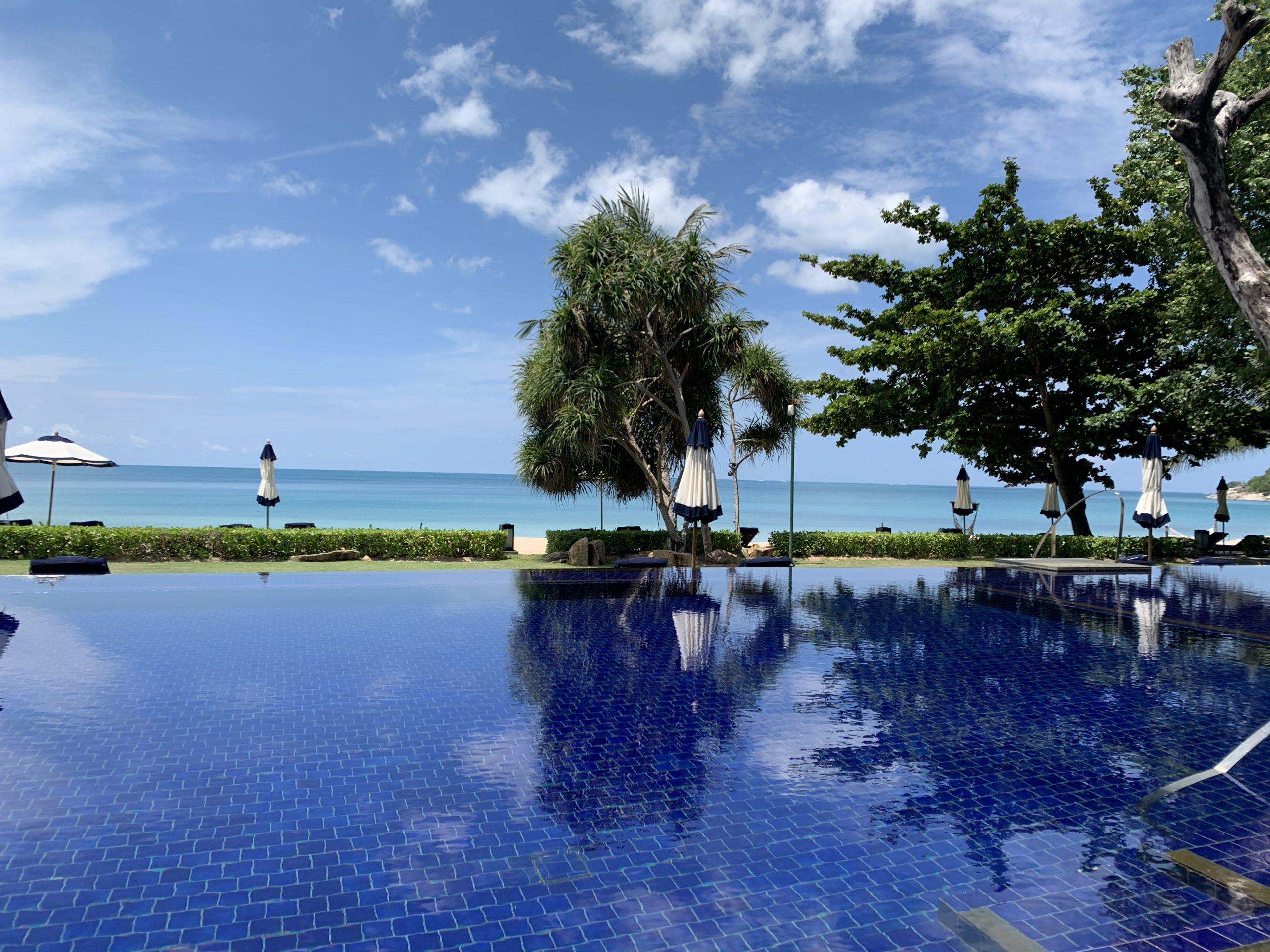 Vana Belle, A Luxury Collection Resort, Koh Samui 海岸沿いのインフィニティープール